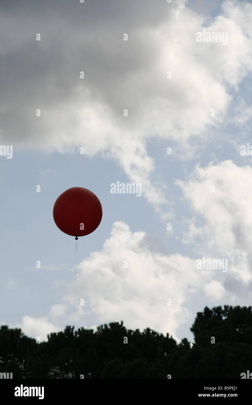 Una estación meteorológica globo y patrón de la formación de las nubes en el cielo vacío Foto de stock