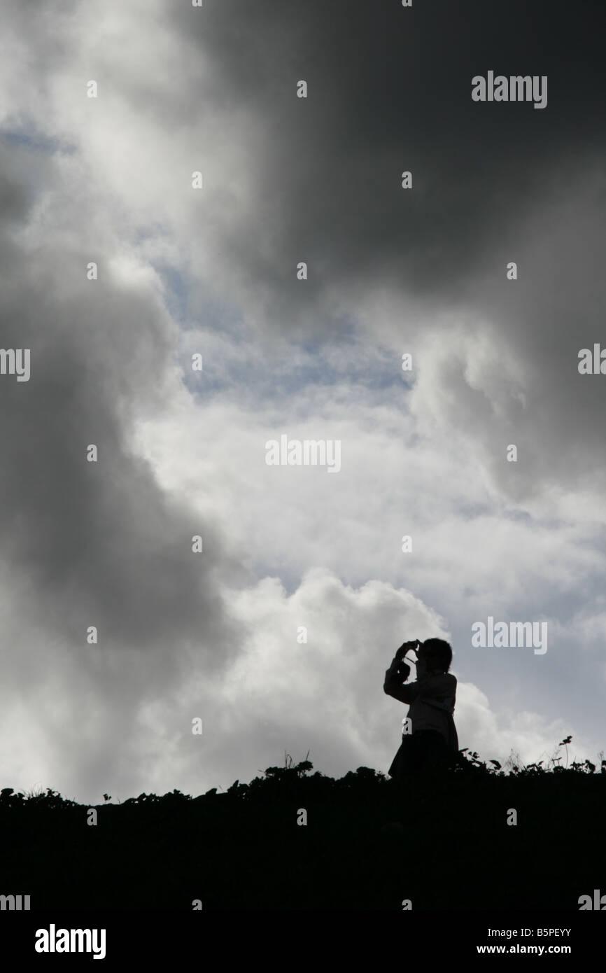 Una persona en el campo oscuro paisaje Foto de stock
