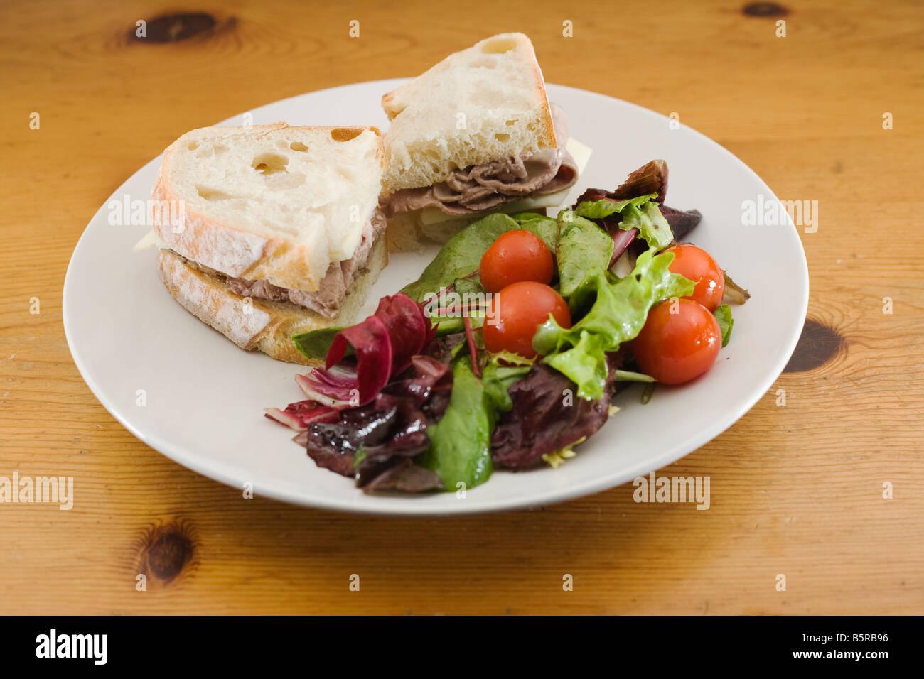 Sándwich Gourmet y ensaladas. Foto de stock