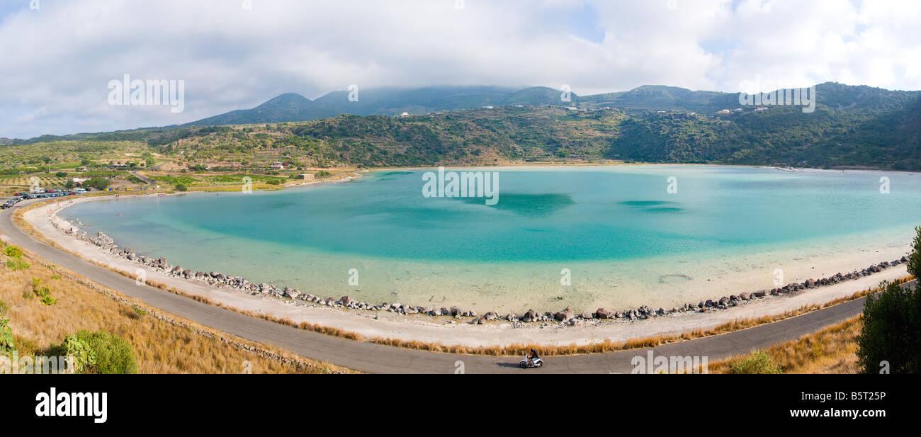 "El ""Lago Specchio di Venere' el lago en la isla de Pantelleria, Sicilia, Italia. Imagen De Stock"