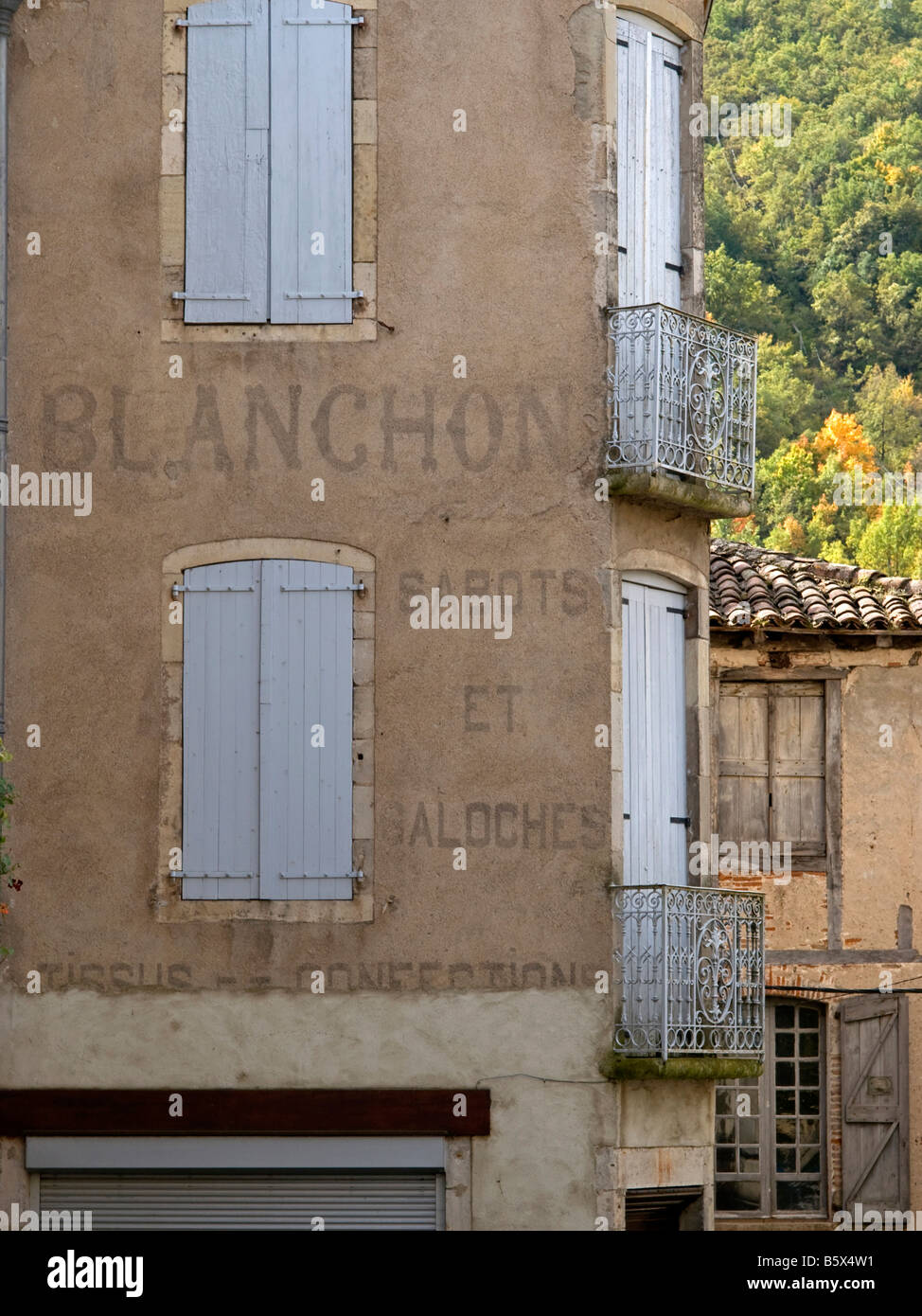 Casa antigua con la escritura de atelectasia sabots Blanchon firma productora de San Antonin Noble Val Pirineos Imagen De Stock