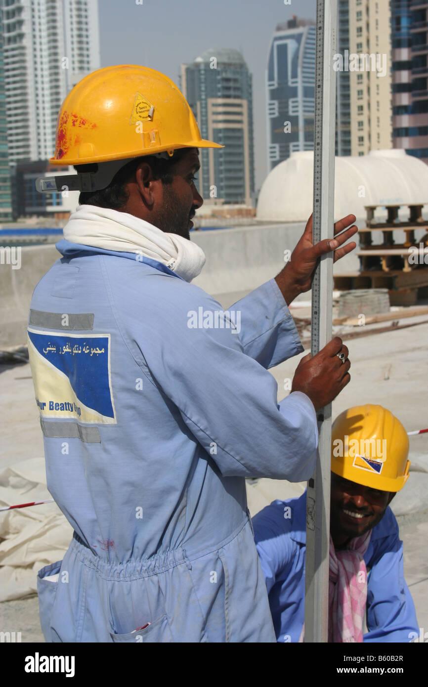 849fc9fa92 Trabajo topógrafo indio eau Dubai Marina sitio en construcción Imagen De  Stock