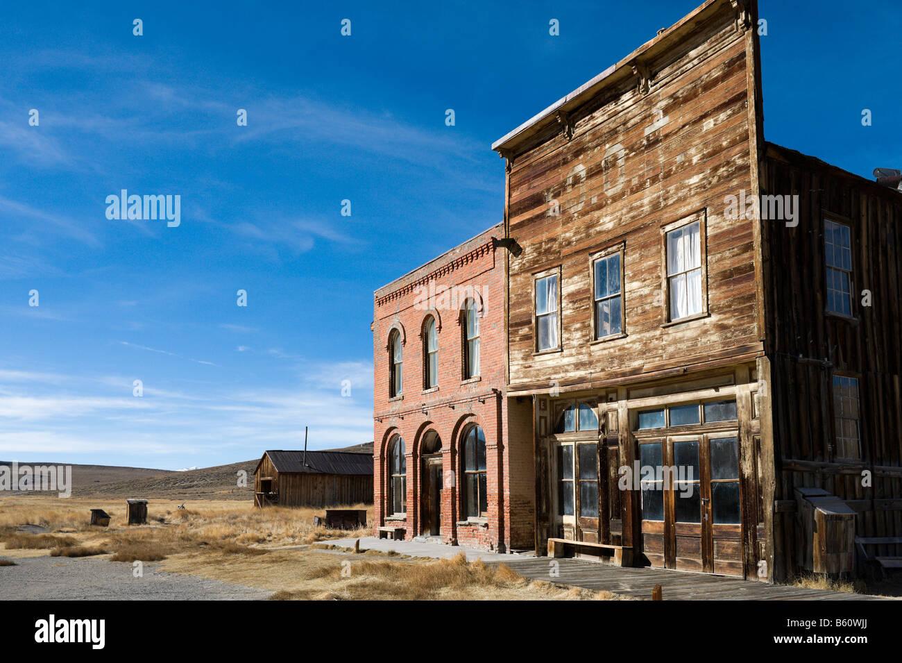 El Hotel Dechambeau & Post Office, Main Street, 19thC ciudad fantasma de Bodie, cerca Bridgepor,t Montañas Imagen De Stock