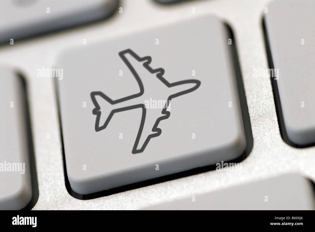 Teclado de ordenador con un avión símbolo, imagen simbólica para internet reservas de viajes Foto de stock