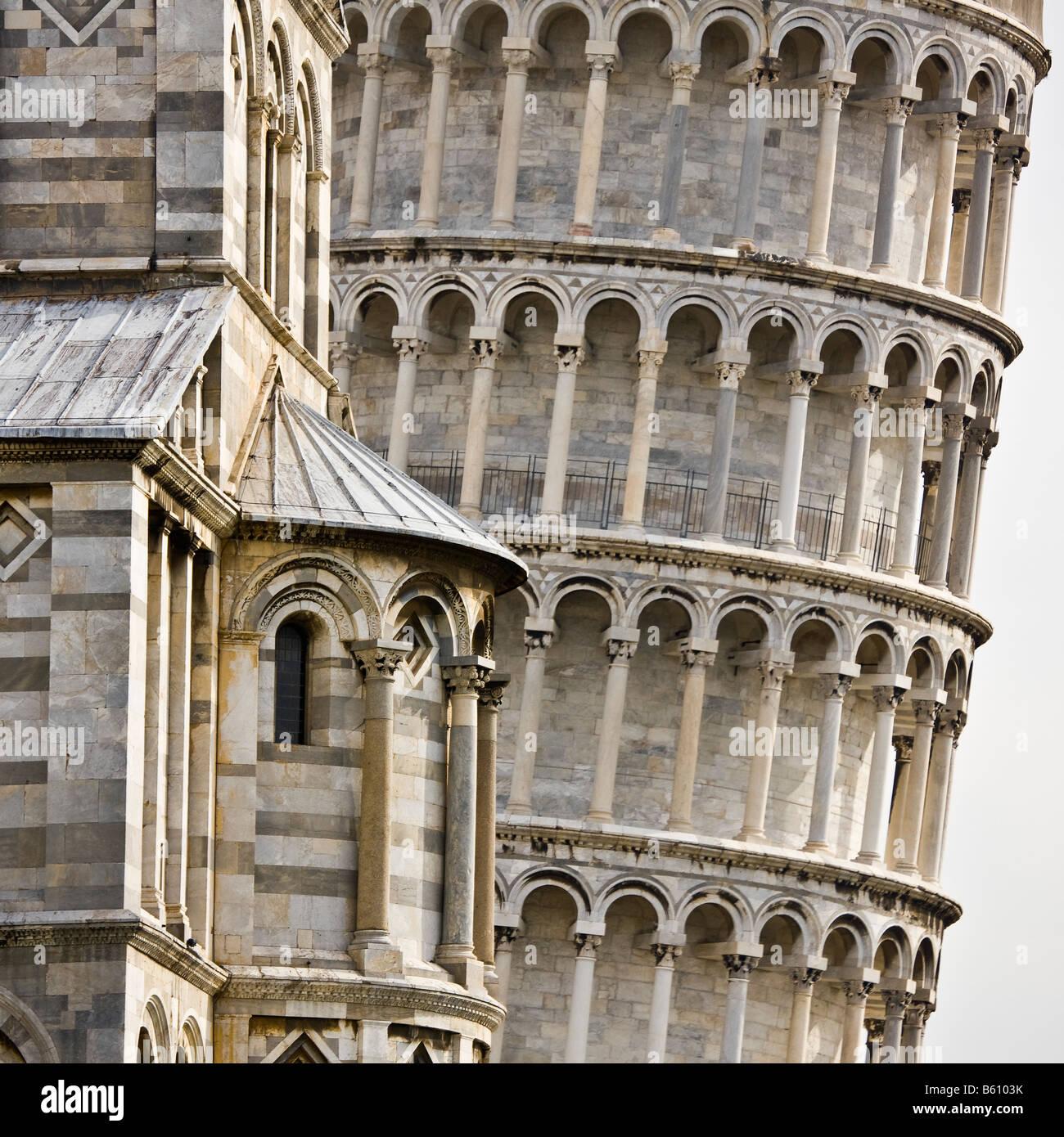 Cerca de la torre inclinada de Pisa, resaltando la intrincada arquitectura y diseño, Pisa, Italia Imagen De Stock
