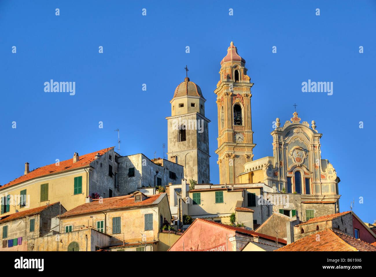 Cervo con la iglesia parroquial de San Giovanni Battista, Riviera dei Fiori, en Liguria, Italia, Europa Foto de stock
