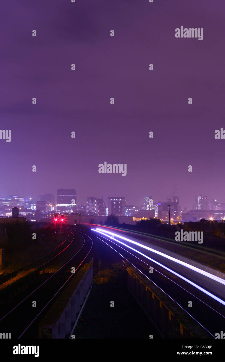 Enlace de transporte ferroviario en la noche en el centro de la ciudad de Birmingham Inglaterra Imagen De Stock