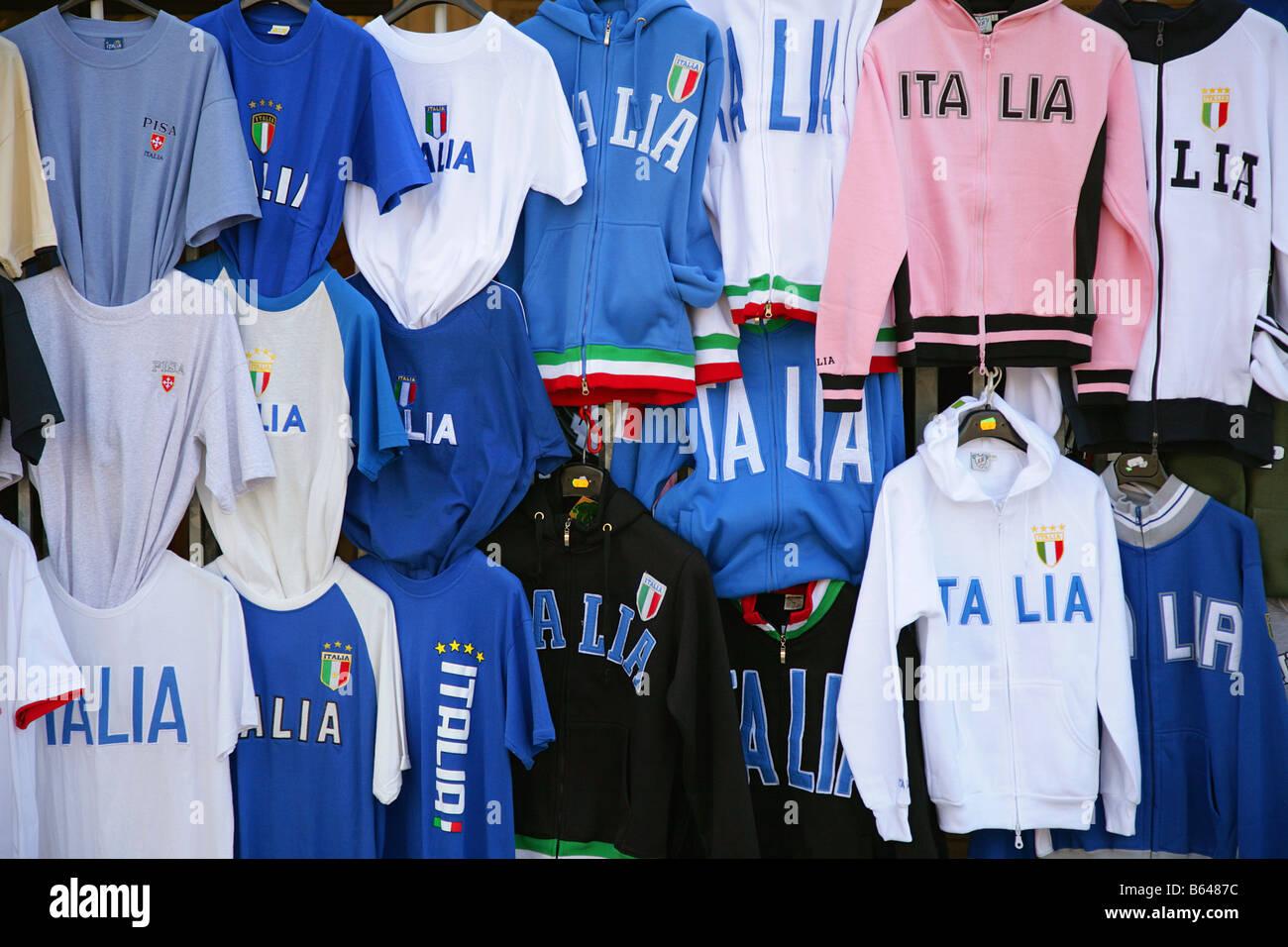 c1da36fce3506 Ropa deportiva de la marca  Italia  en la venta en el mercado se atasque en  Florencia