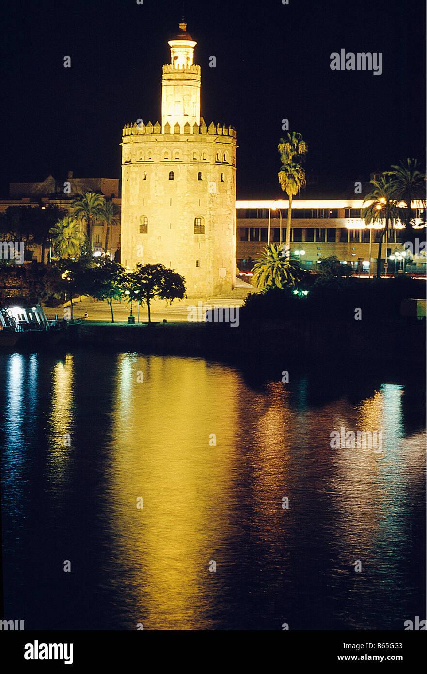 Torre del Oro y el río Guadalquivir. La vista de noche. Sevilla. Andalucía. España. Foto de stock