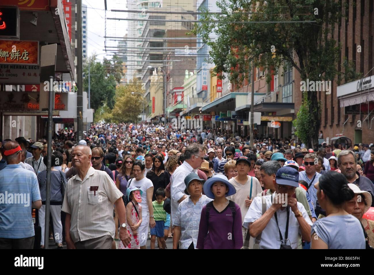Las multitudes Sussex Street, Chinatown, Sydney, justo después del desfile del Año Nuevo Chino. Diversas; diversidad; multitud multicultural; la gente de Asia Australia Foto de stock