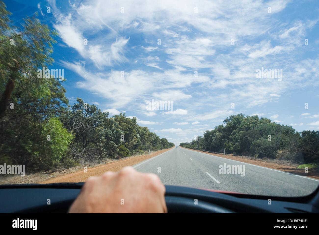 Una persona que conduce un coche Imagen De Stock
