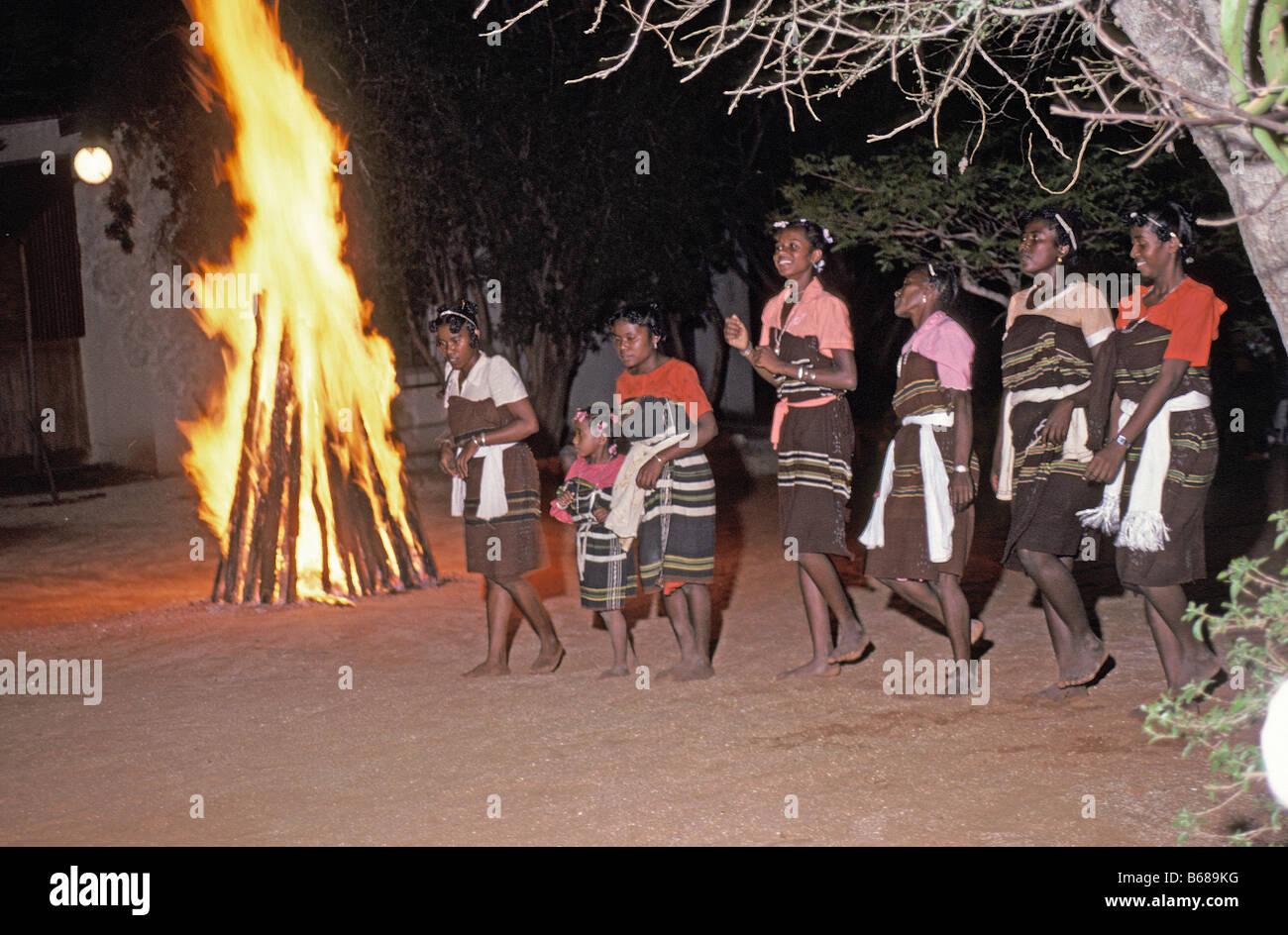 Folclore madagascar rendimiento de danza tradicional en el sur de Madagascar Madagascar África la población Imagen De Stock