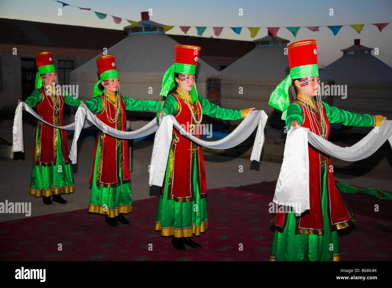 Cuatro jóvenes mujeres bailando, Mongolia Interior, China Imagen De Stock