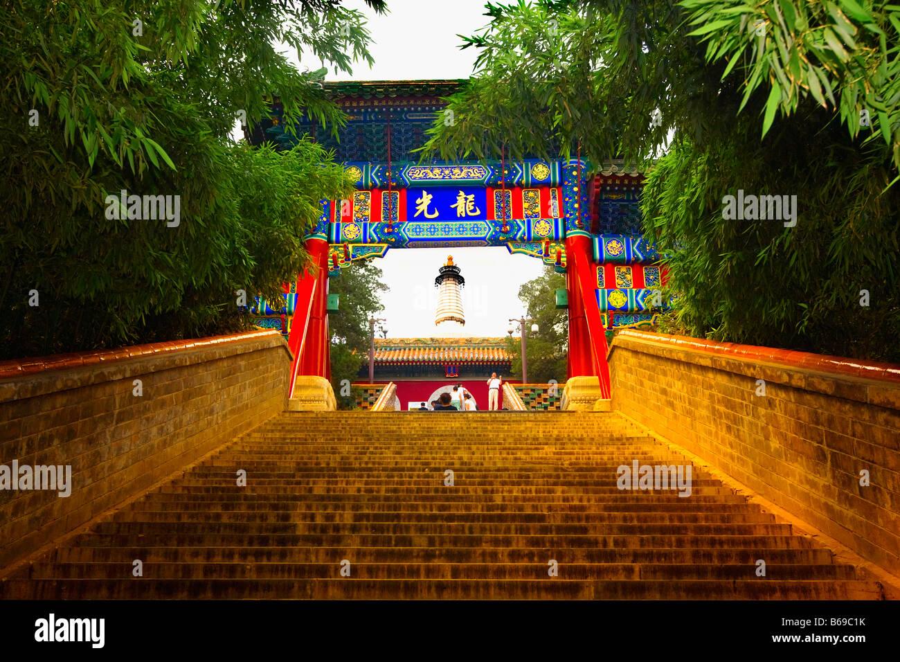 Ángulo de visión baja de una puerta, el parque Beihai, Beijing, China Imagen De Stock