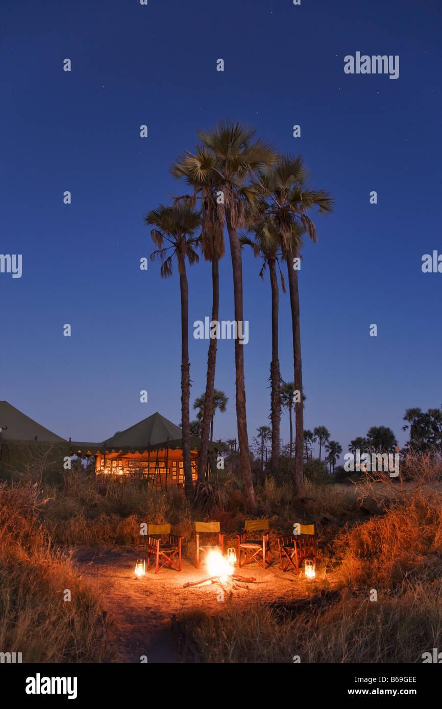 Camping con carpa woodfire rugiente en primer plano Jack s Camp Botswana Imagen De Stock