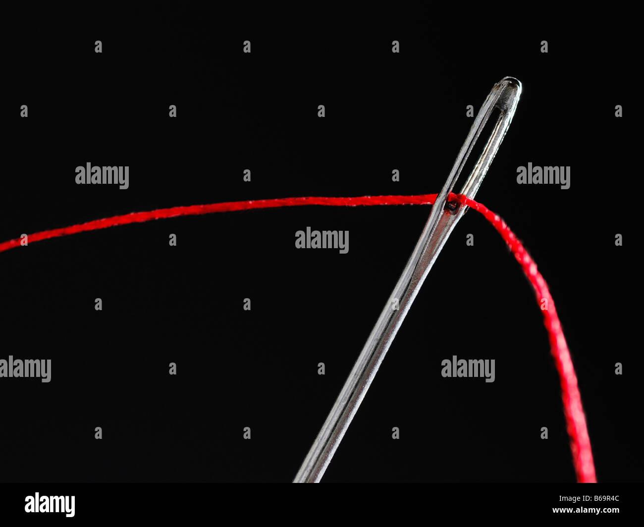 Hilo por el ojo de una aguja, Cerrar Imagen De Stock