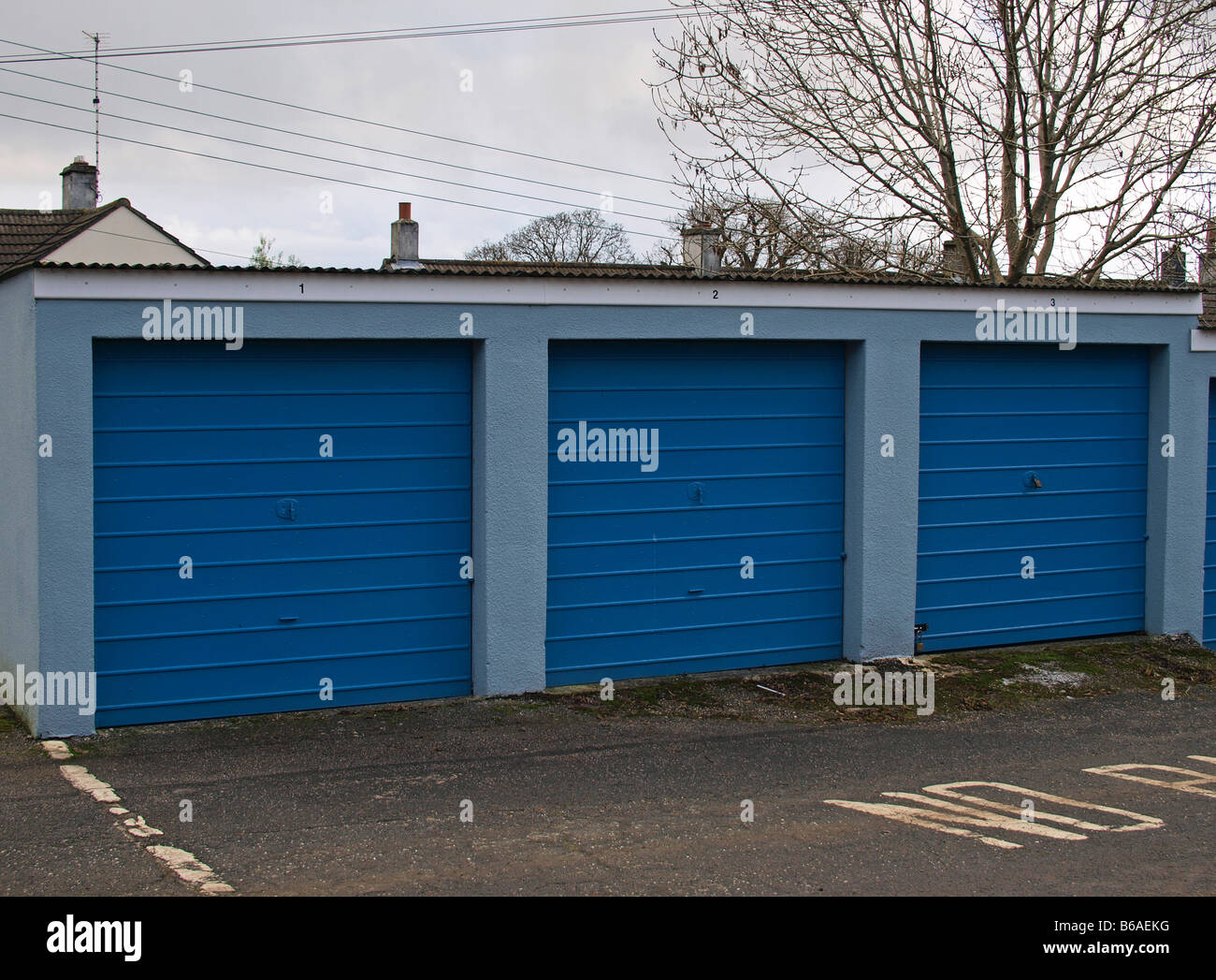Una fila de tres garajes azul Foto de stock