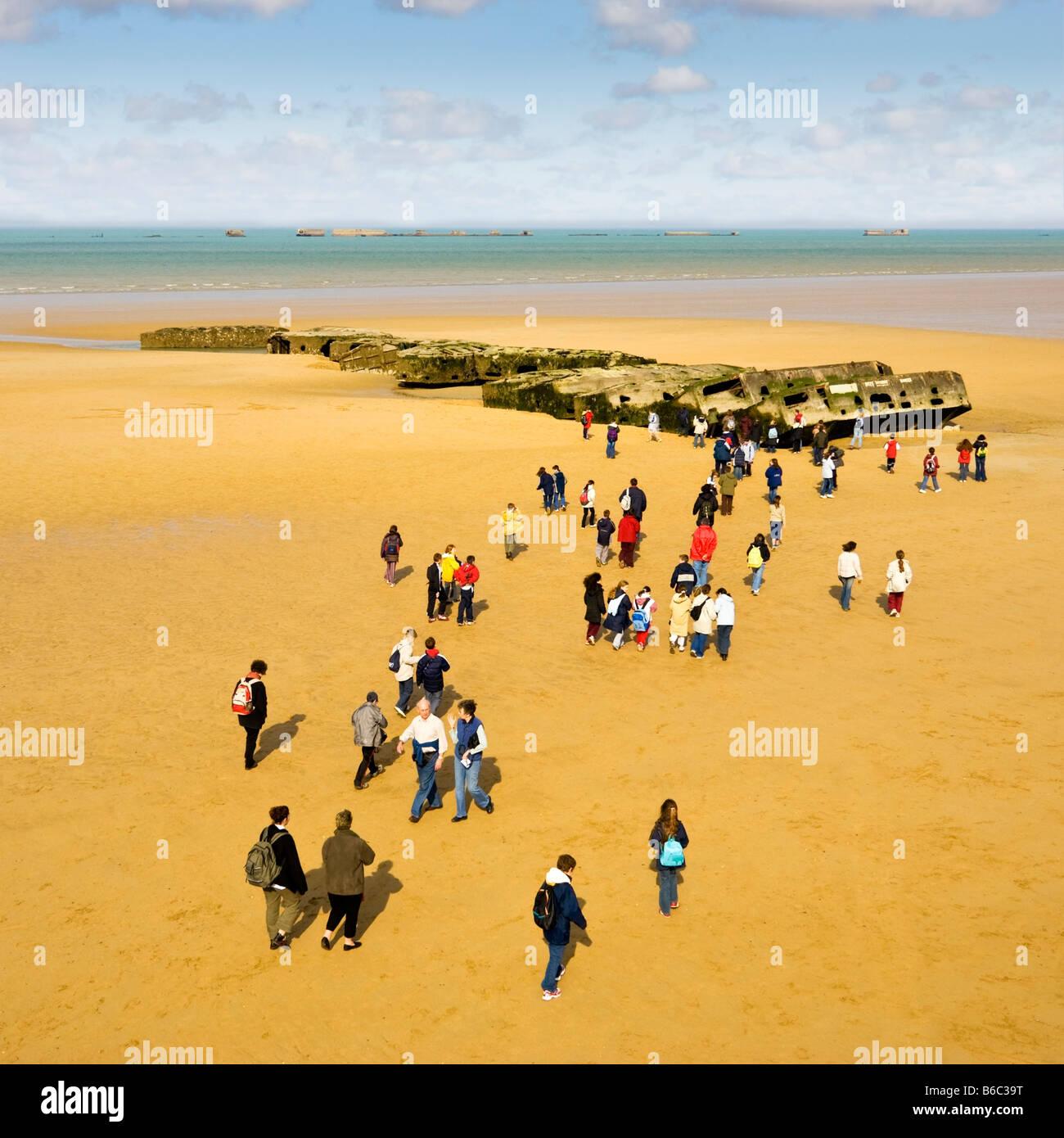 Viaje escolar visita a la guerra mundial 2 Mulberry Harbour sigue en las playas de Arromanches-les-Bains, Normandía, Imagen De Stock