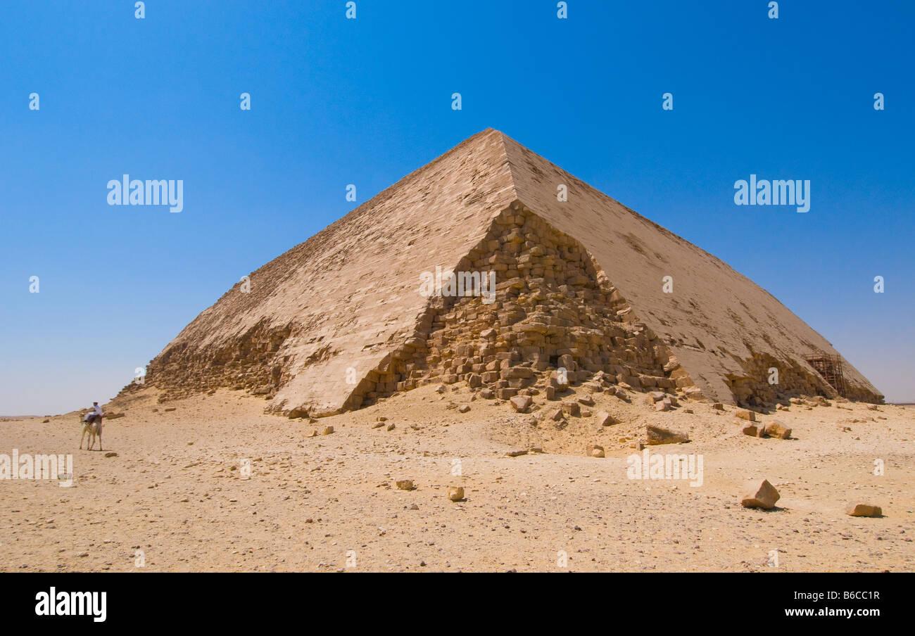Doblado de Dahshur pirámide en El Cairo Egipto Foto de stock