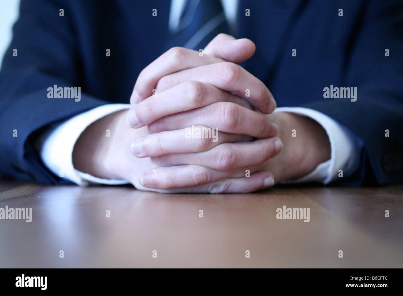 Ver sección media del empresario sentado a la mesa en la oficina Imagen De Stock