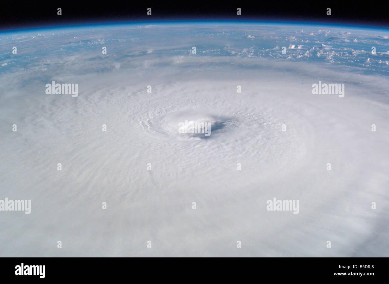 El huracán Isabel. Esta imagen fue tomada desde la Estación Espacial Internacional el 13 de septiembre de 2003. Foto de stock
