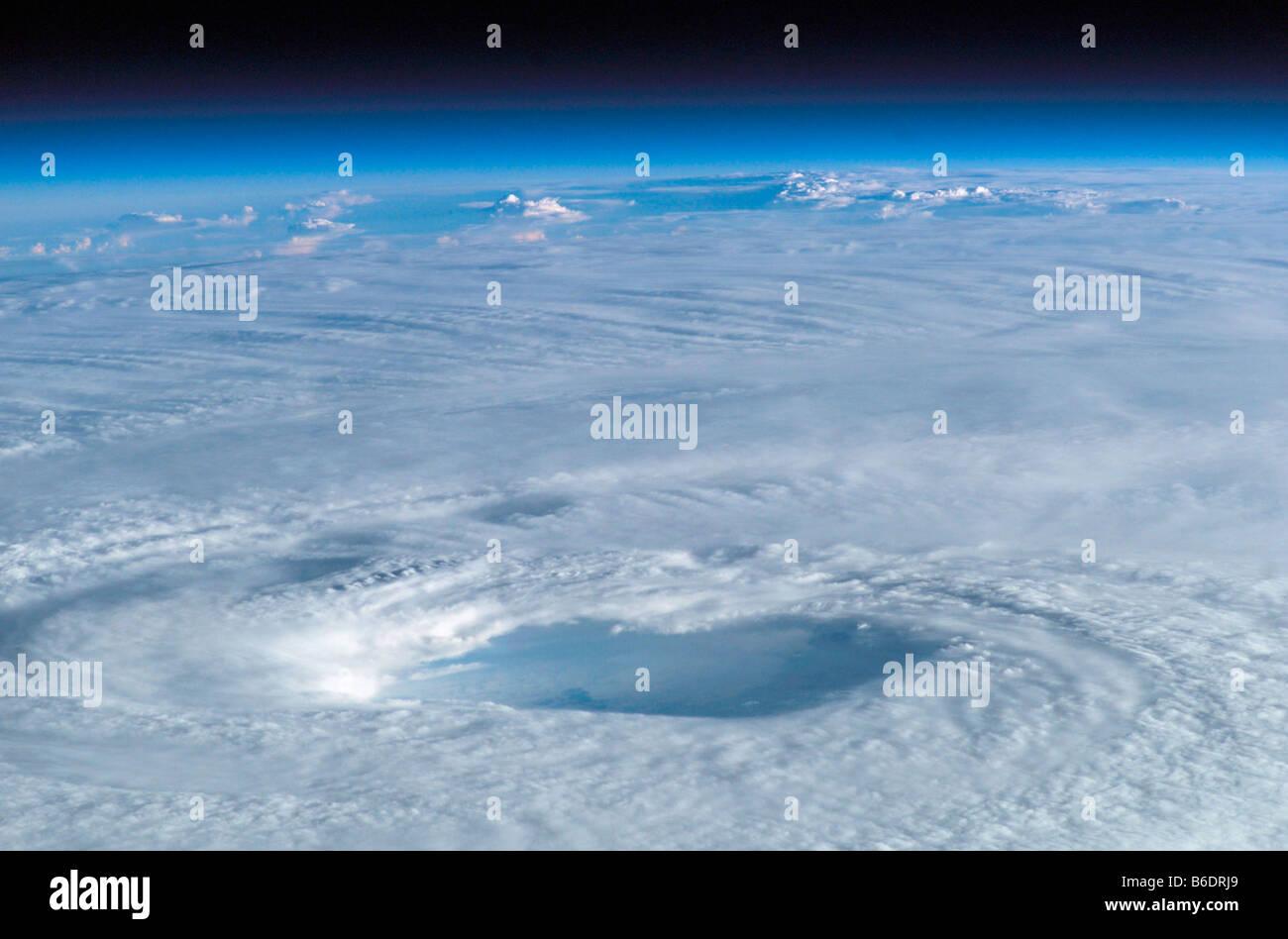 Ojo del huracán Isabel. Esta imagen fue tomada desde la Estación Espacial Internacional en el 15º de septiembre de 2003. Foto de stock