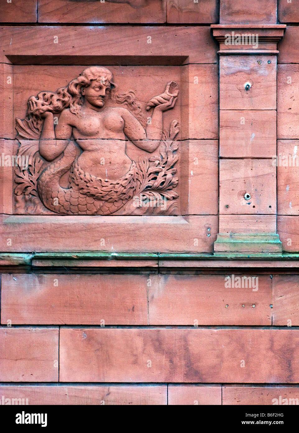 Talla de piedra arenisca en la zona ribereña de sirena en el edificio viejo puerto marinero de Whitehaven, West Coast, Cumbria Foto de stock