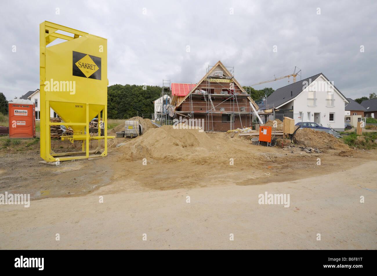 La construcción de viviendas, el desarrollo de área, rodeado de andamios, silo de representación Imagen De Stock