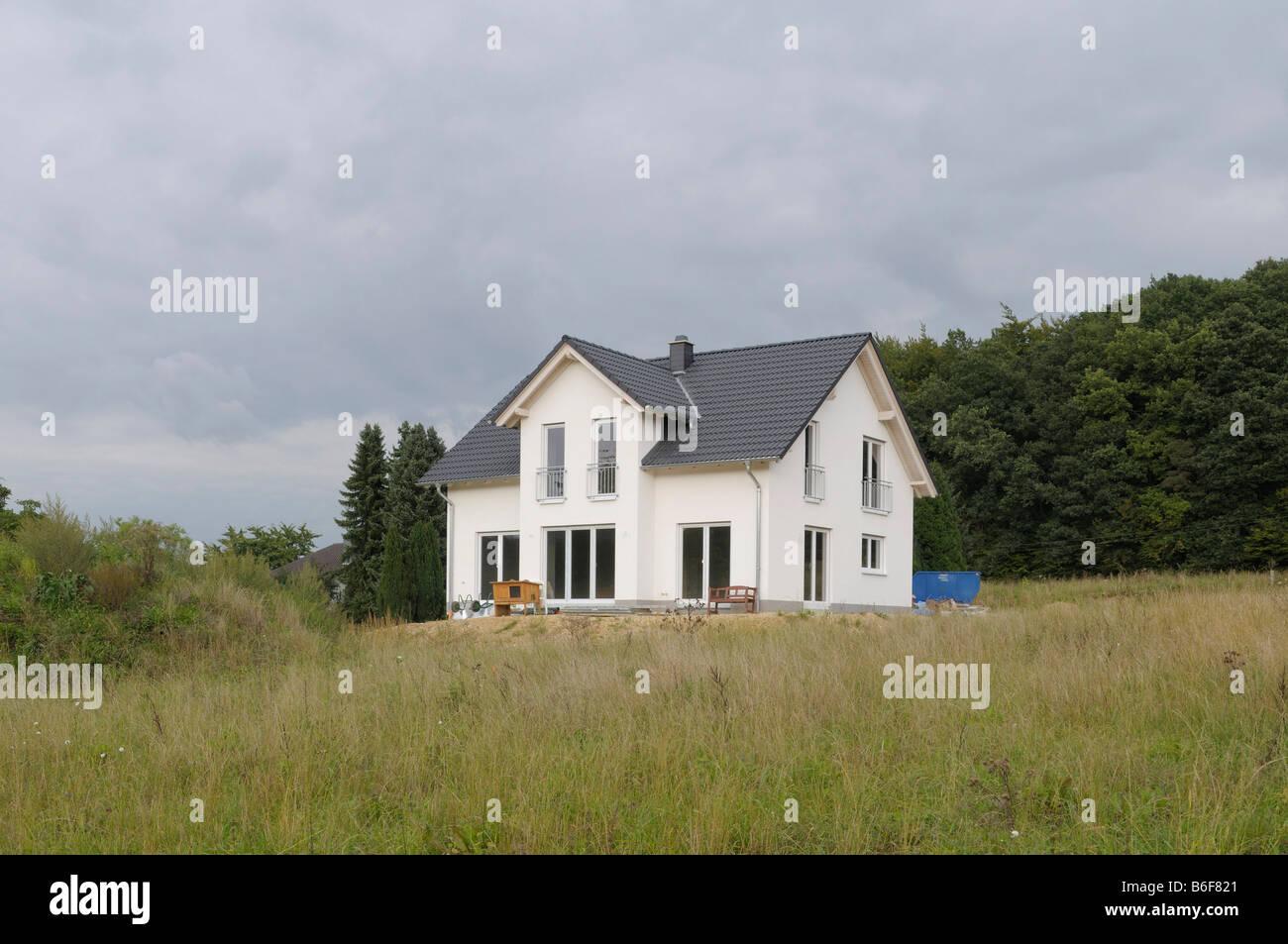 Recientemente terminada residencia en zona en desarrollo, Renania del Norte-Westfalia, Alemania, Europa Imagen De Stock