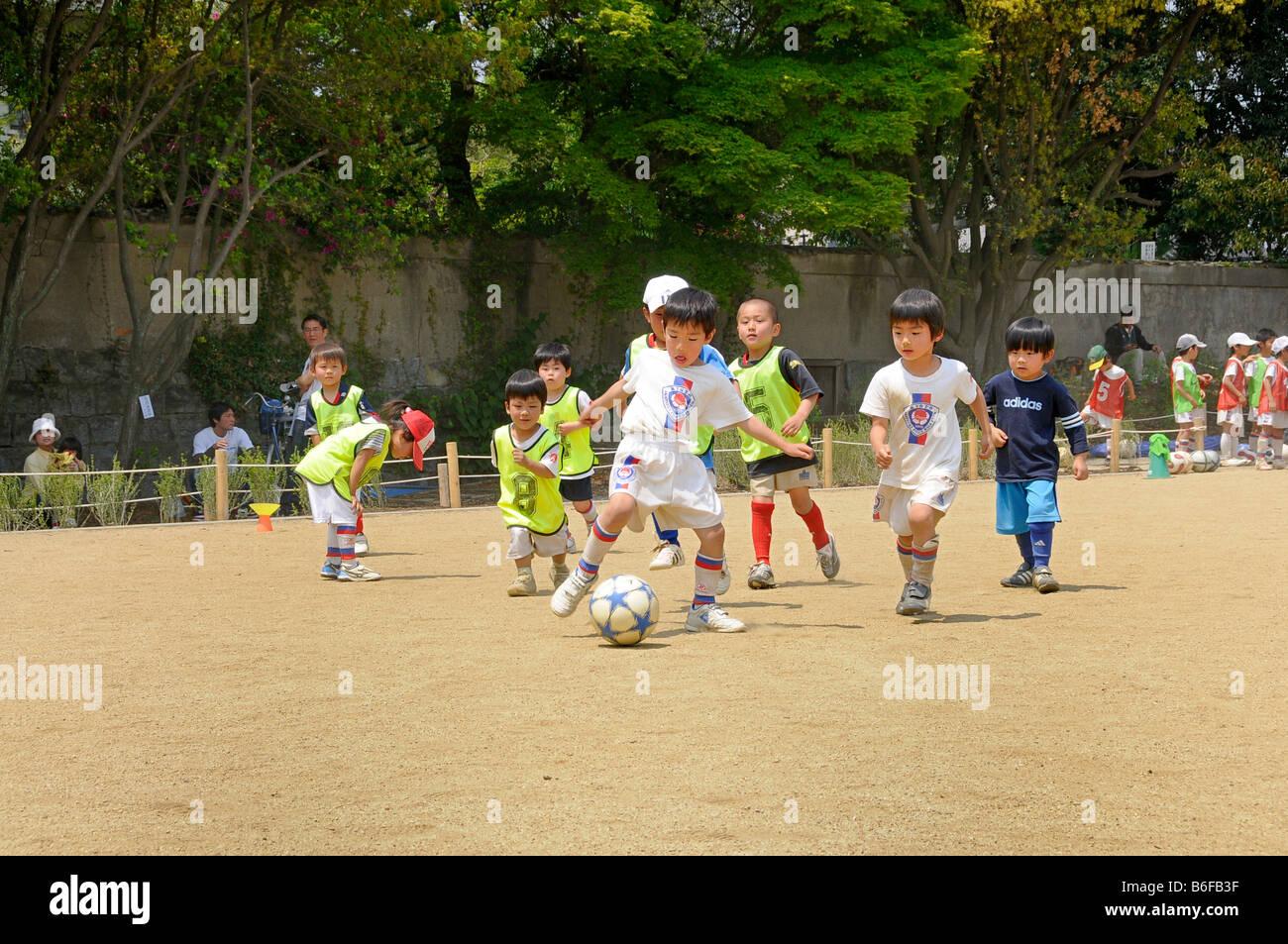 Los Niños En La Práctica De Fútbol Con Un Club De Fútbol En