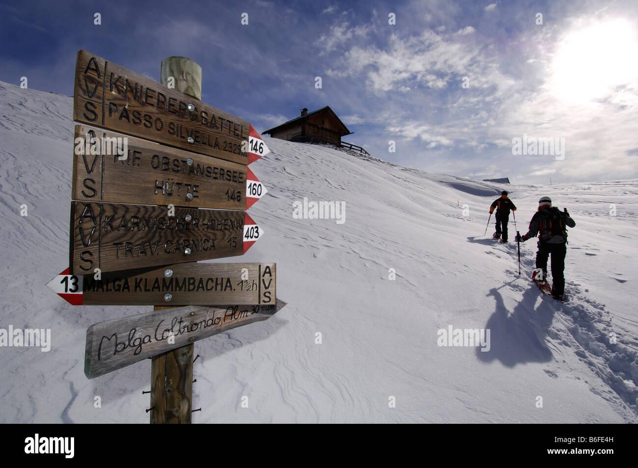 Cartel en silla Knieberg Kniebergsattel o raquetas de nieve, senderismo senderismo a Alpe Nemes, alta montaña Imagen De Stock
