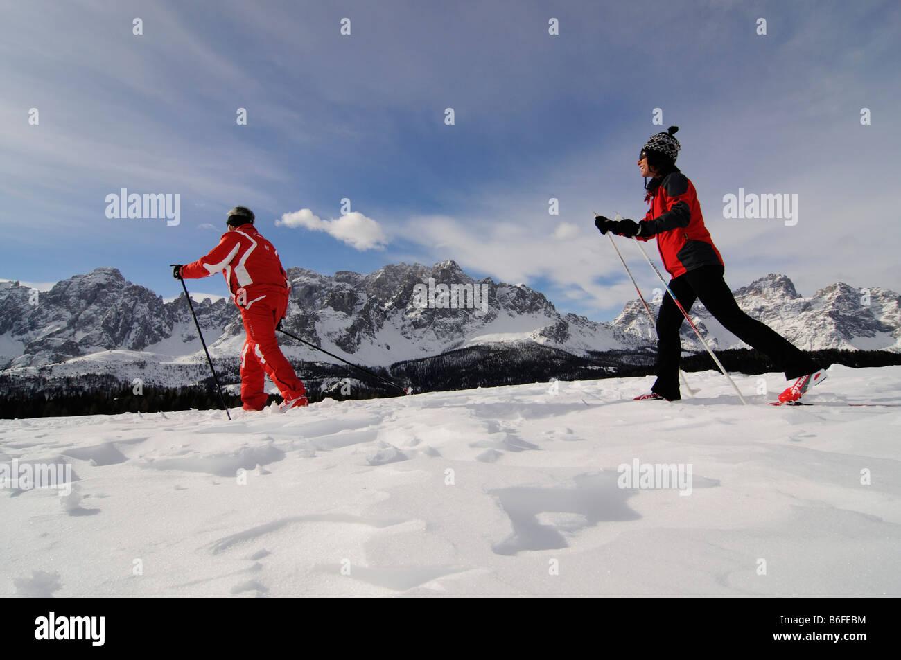 Nórdico o esquiadores en el Alpe Nemes Alpes, alta o Alta Puster Puster Valley o Alto Valle Pusteria, Bolzano Imagen De Stock