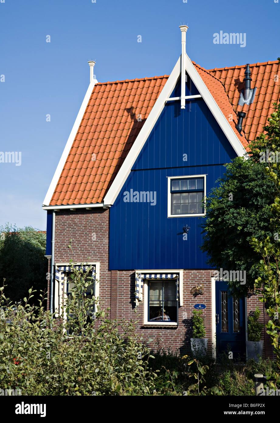 Moderna casa construida en estilo tradicional con techos for Casa holandesa moderna
