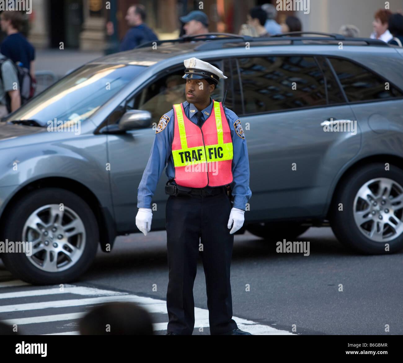 Guardia de tráfico en la calle 42 y la Quinta Avenida de Nueva York Imagen De Stock