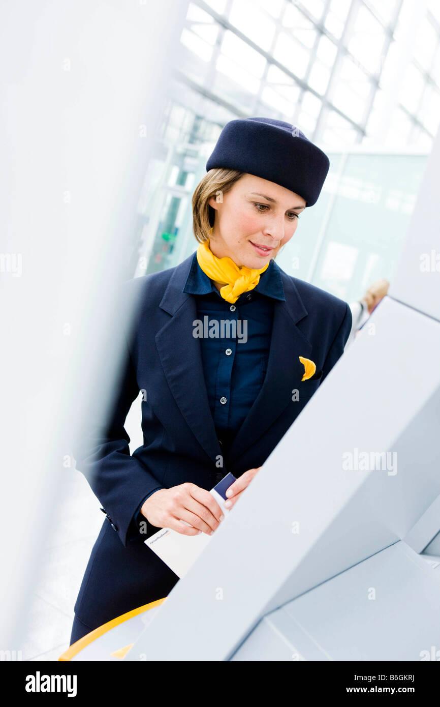 Azafata mirando a mostrar Imagen De Stock