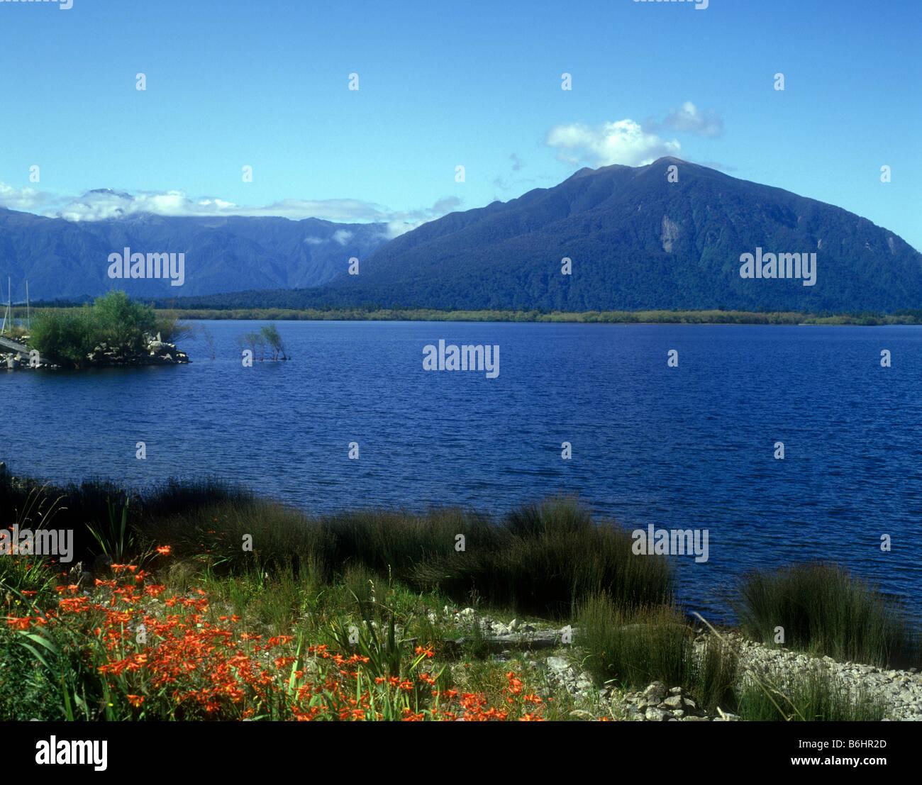 Vista sobre el lago Brunner en la región de la costa oeste de la Isla Sur Foto de stock