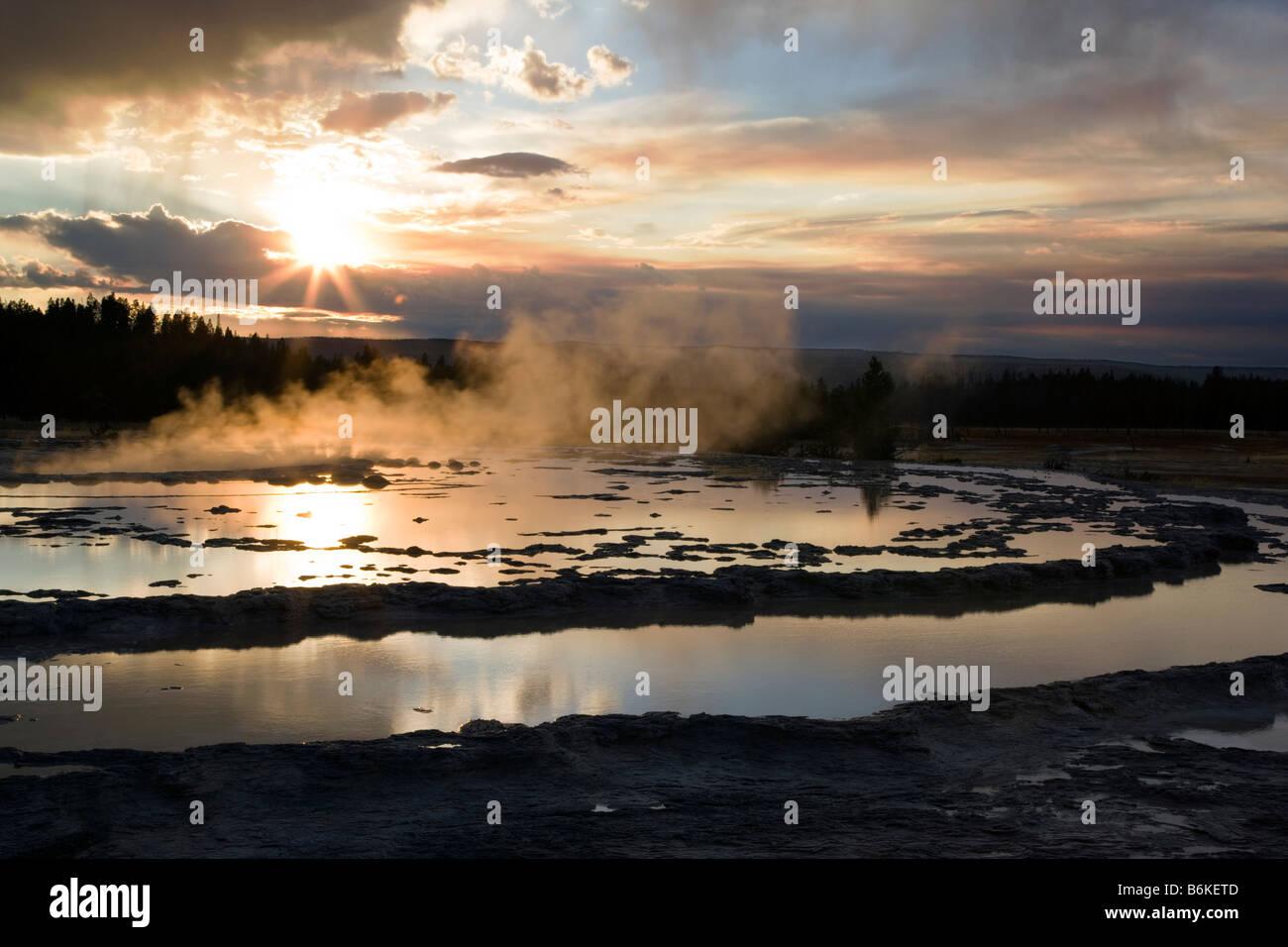 Espectacular atardecer, Gran Fuente géiser, Midway Geyser Basin, el Parque Nacional Yellowstone, Wyoming, EE.UU. Foto de stock