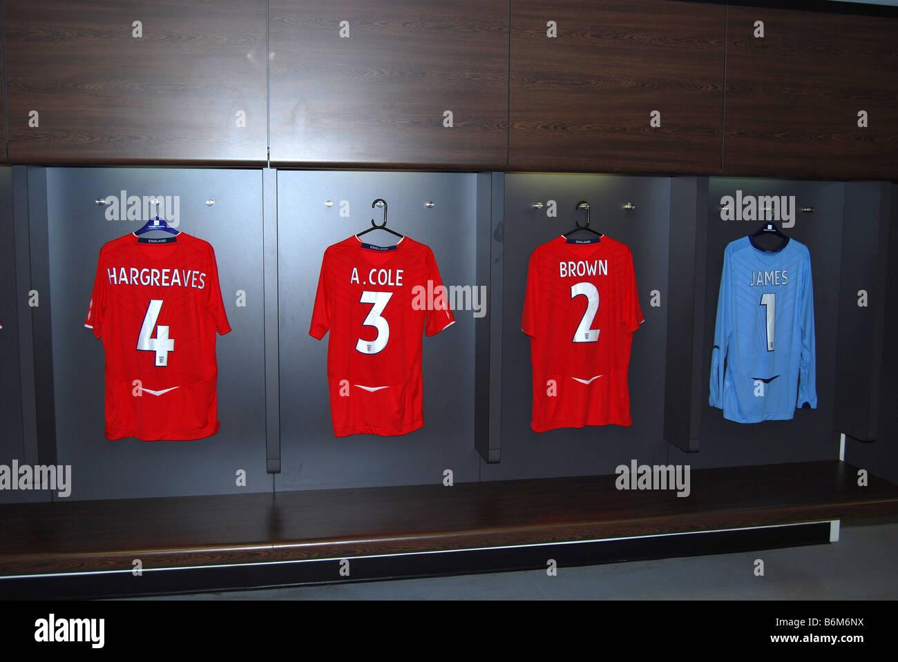 Camisetas de Hargreaves cole y James Brown en el nuevo estadio de Wembley vestuarios esperando ser gastados número Foto de stock