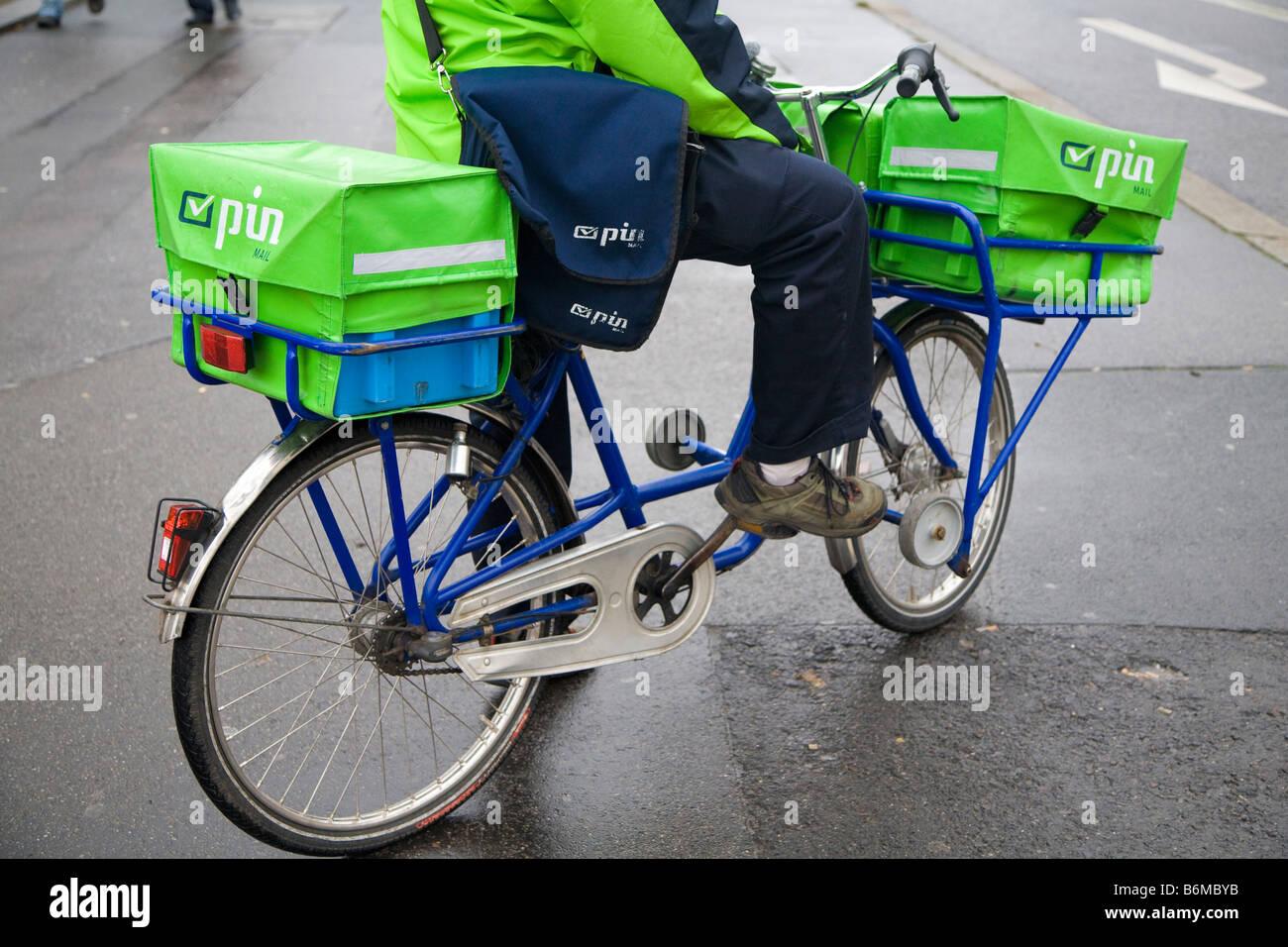 Cartero Pin Berlín Alemania correo Foto de stock