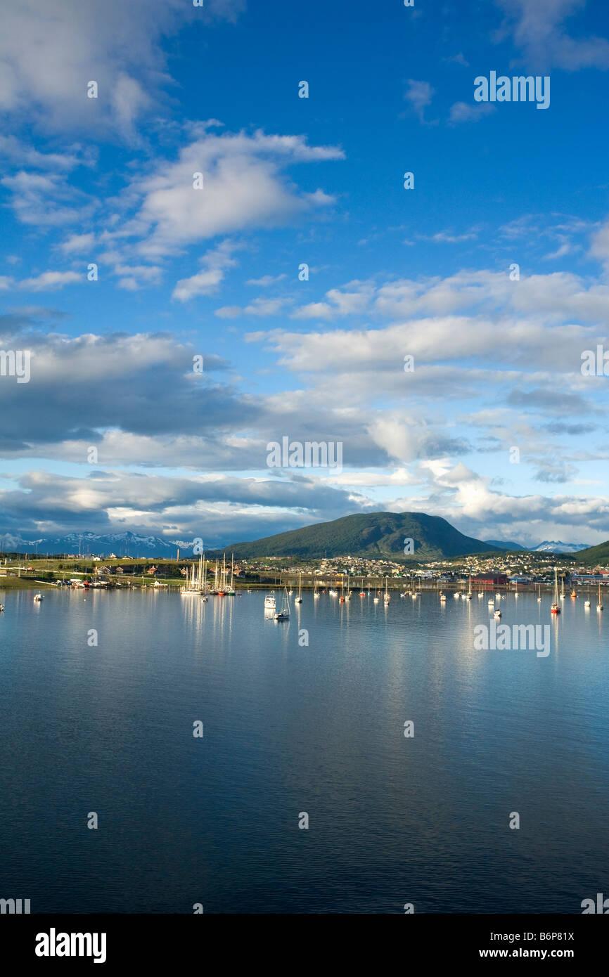 Ushuaia, la ciudad y el puerto de la luz de la mañana temprano en Tierra del Fuego Argentina América del Sur Foto de stock