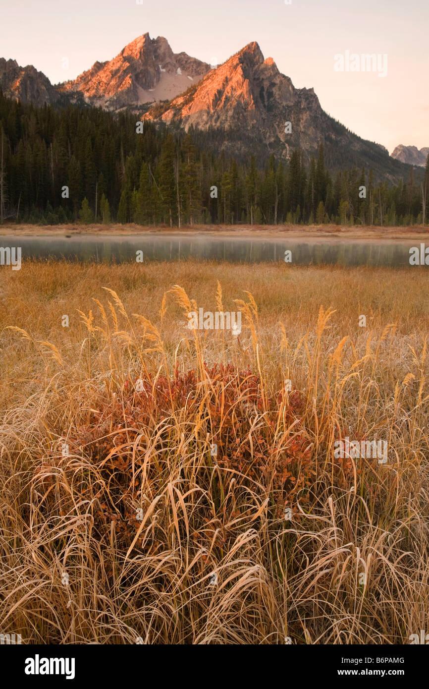 Sawtooth Mountains, cerca de Stanley, Idaho, Fall, McGown Pico, Sunrise Imagen De Stock