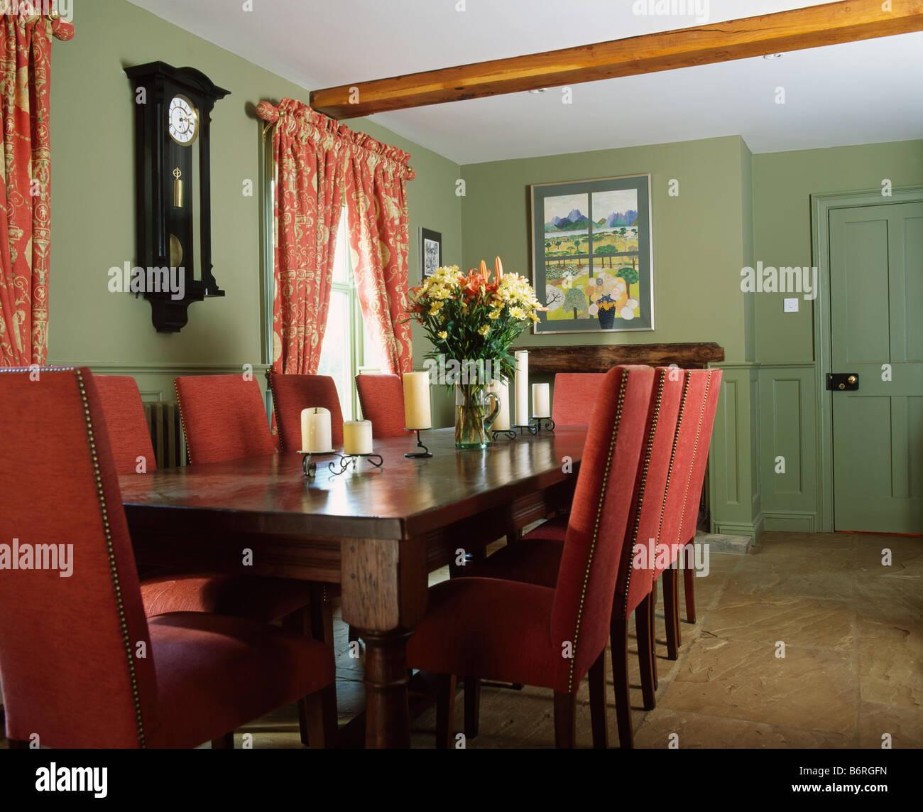 Highback tapizados de sillas y mesa de caoba en verde ...