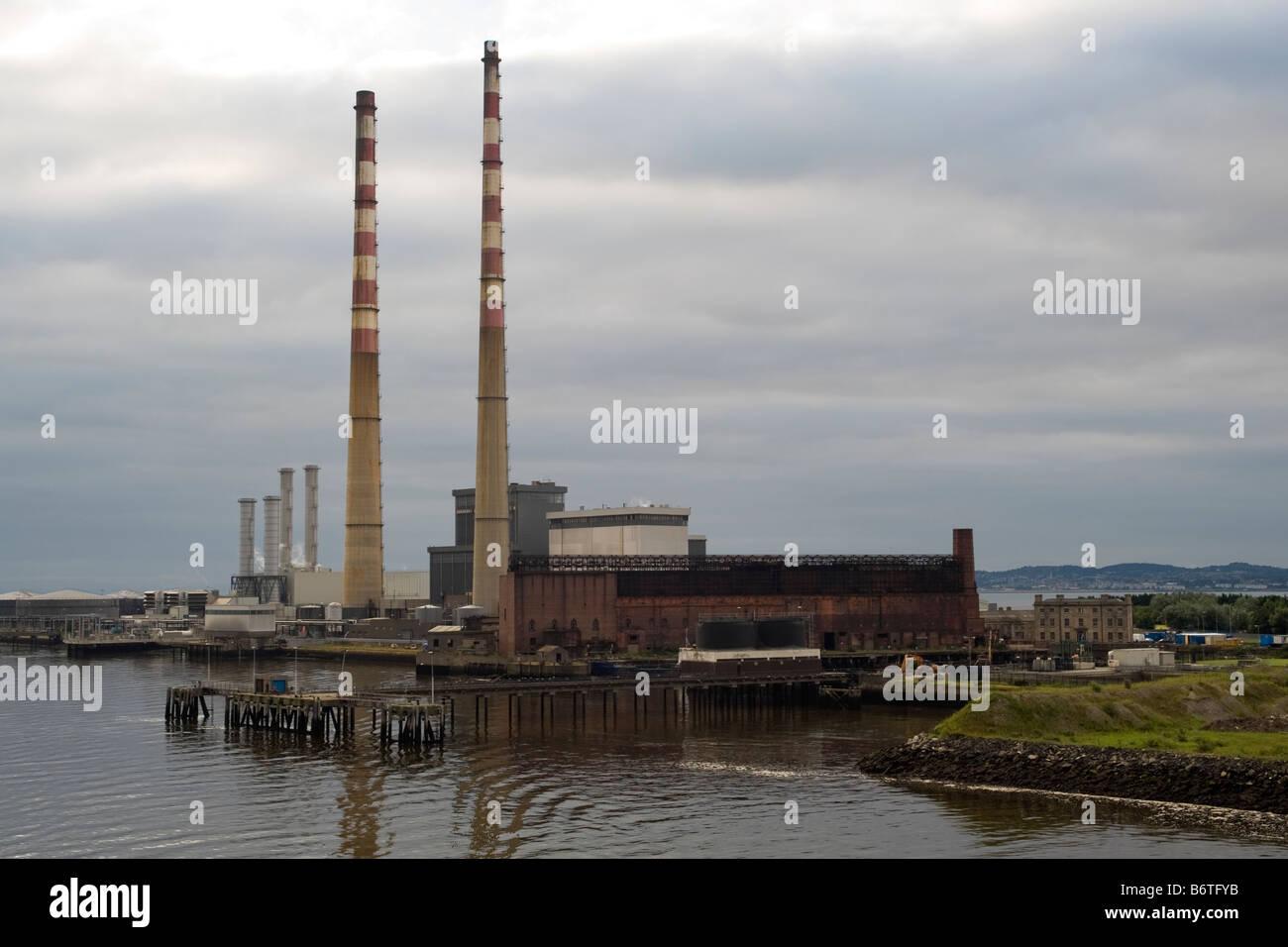 Estación generadora Poolbeg, Ringsend, Dublín. Las chimeneas son 207 metros de altura. Foto de stock