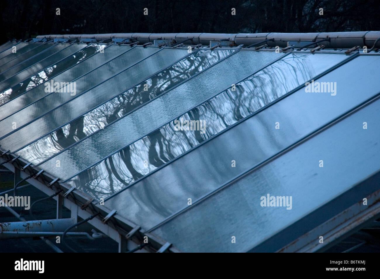 Paneles solares reflexión al atardecer. Imagen De Stock