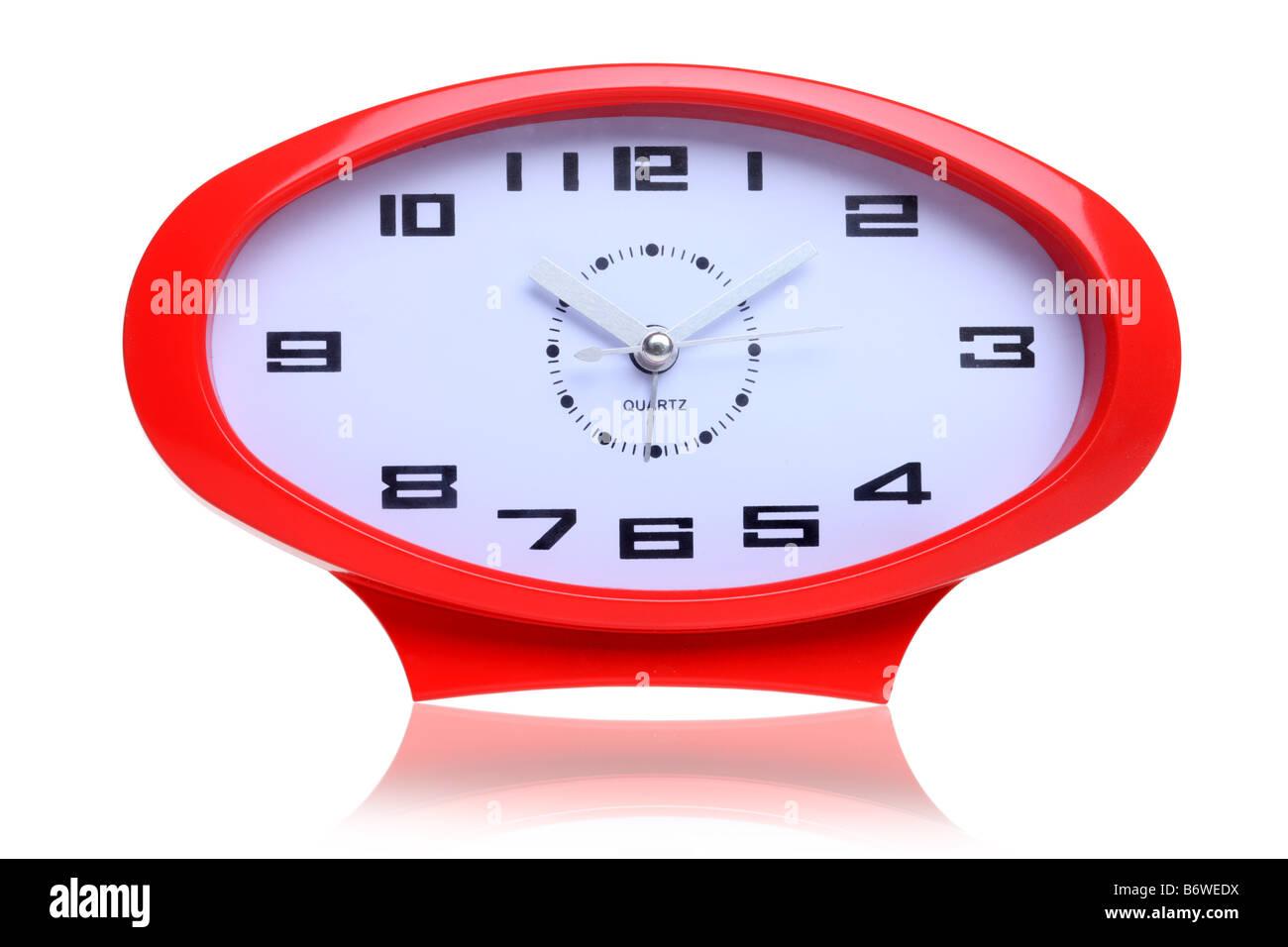 Reloj con forma de óvalo rojo retro recorte aislado sobre fondo blanco. Imagen De Stock