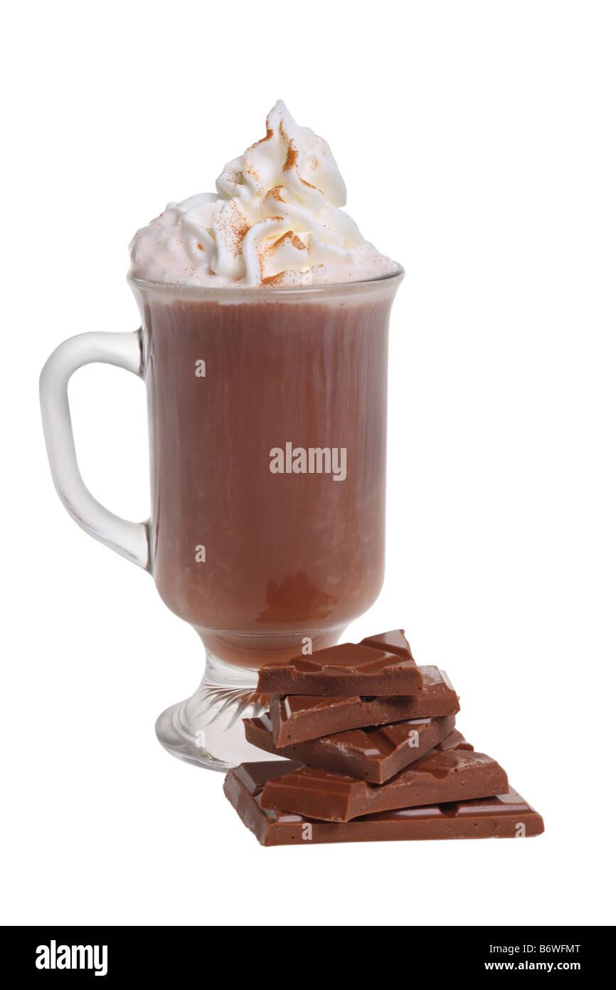 Taza de chocolate caliente con crema batida y chocolate cortado aislado sobre fondo blanco. Imagen De Stock
