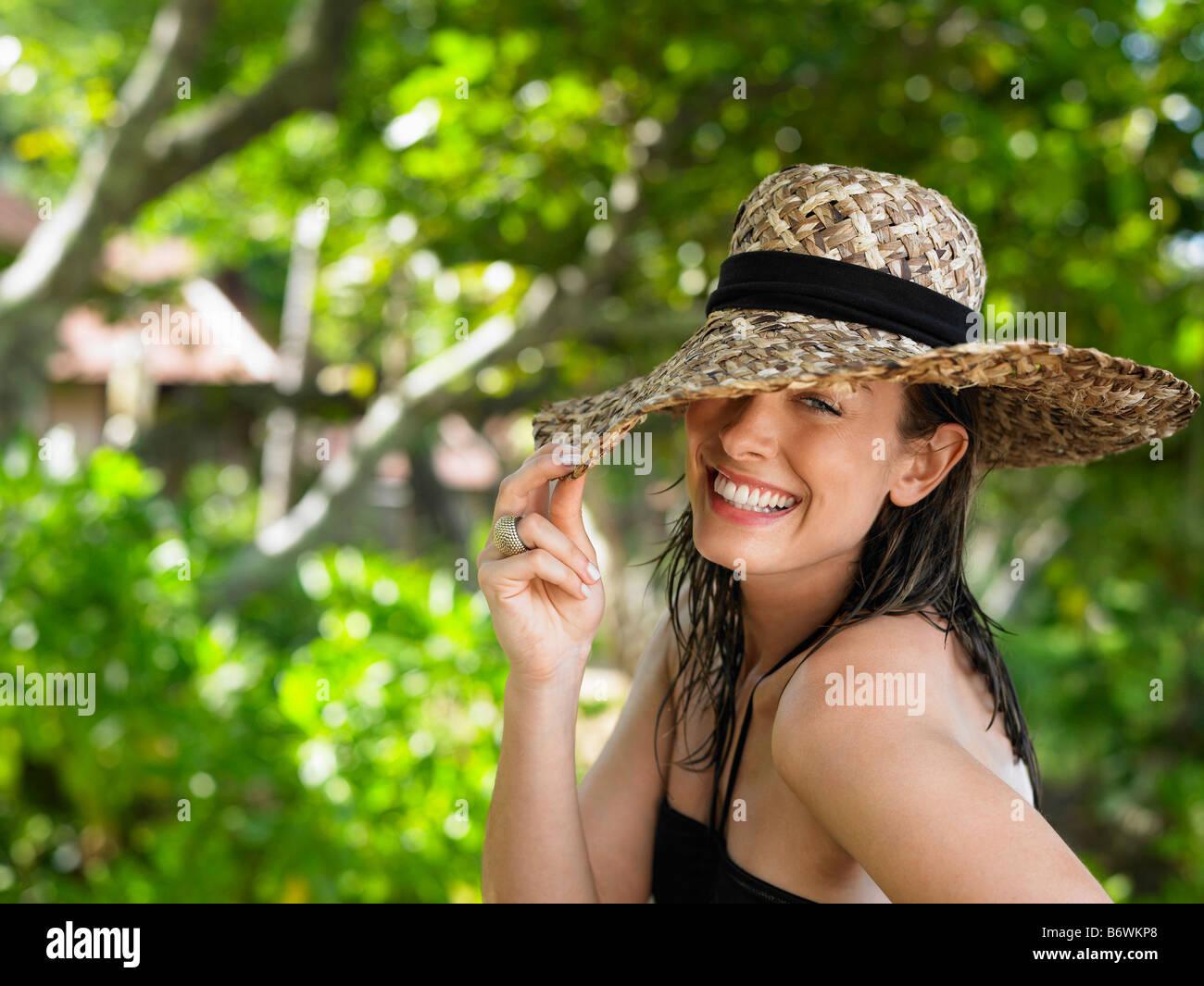Mujer joven con sombrero para el sol Foto de stock
