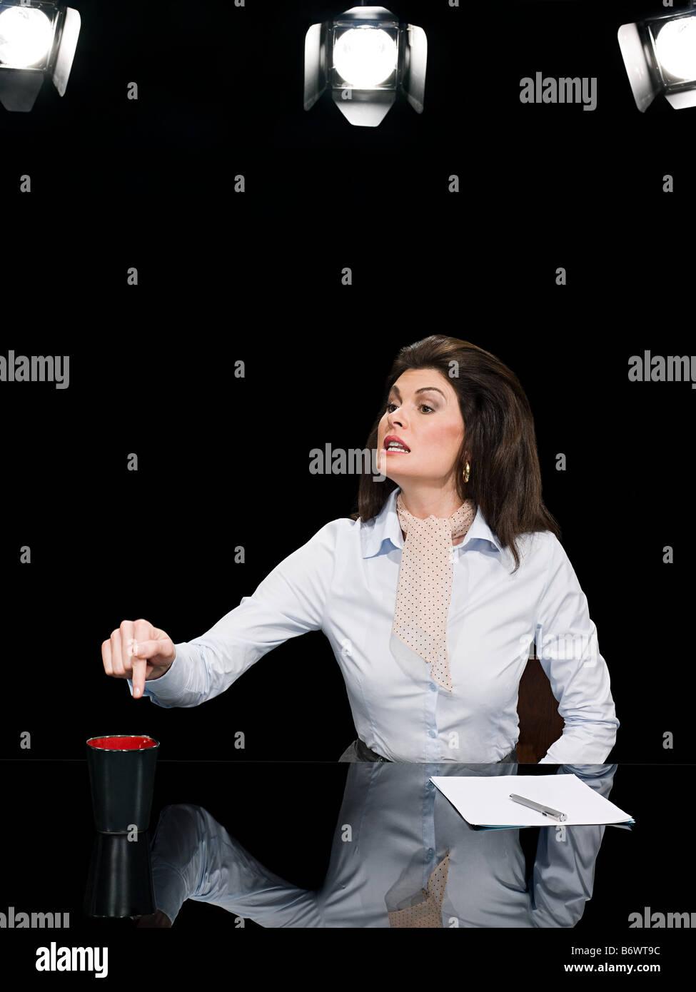 Presentador de Noticias café exigentes Foto de stock