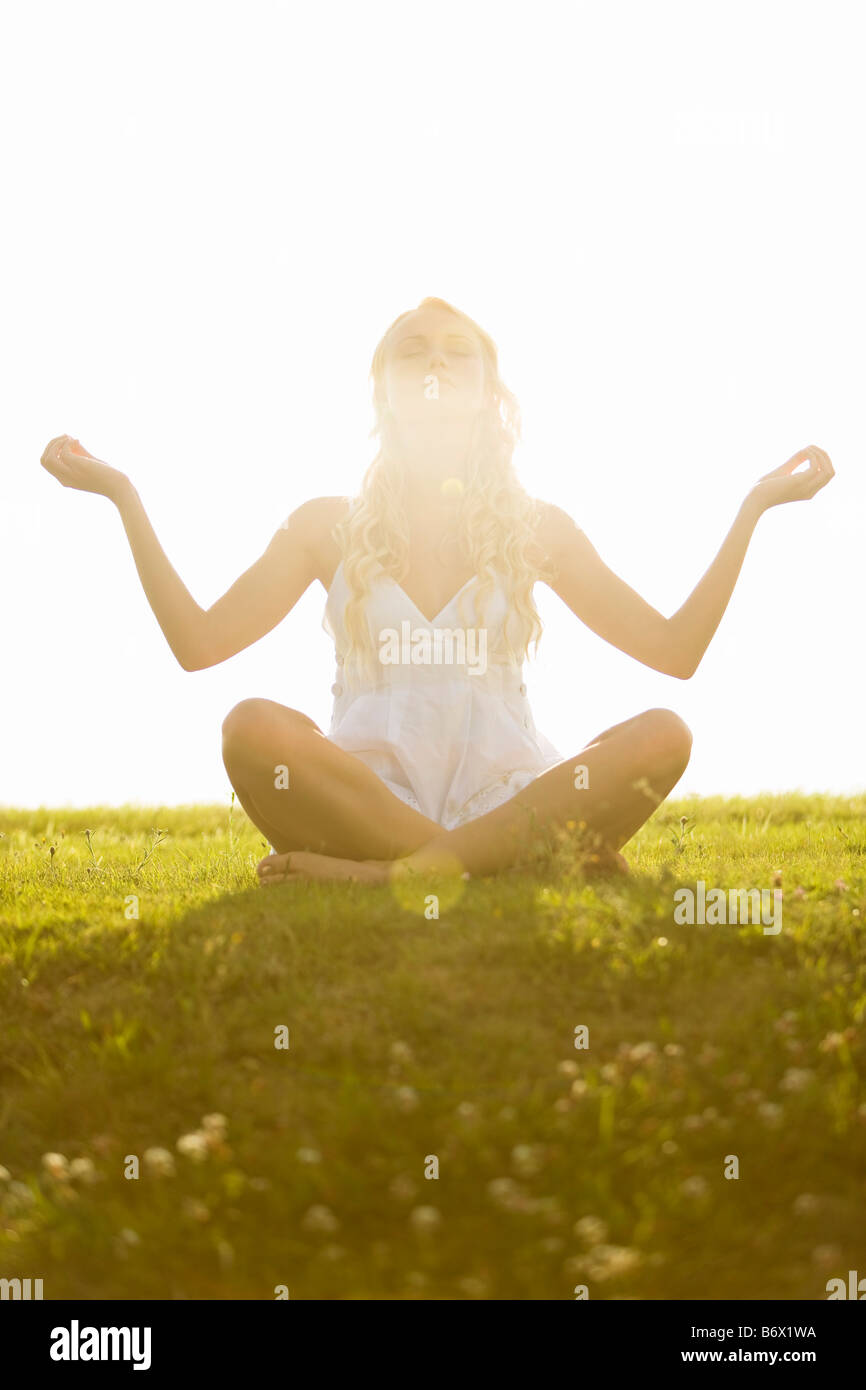 Joven, la actitud de yoga Imagen De Stock
