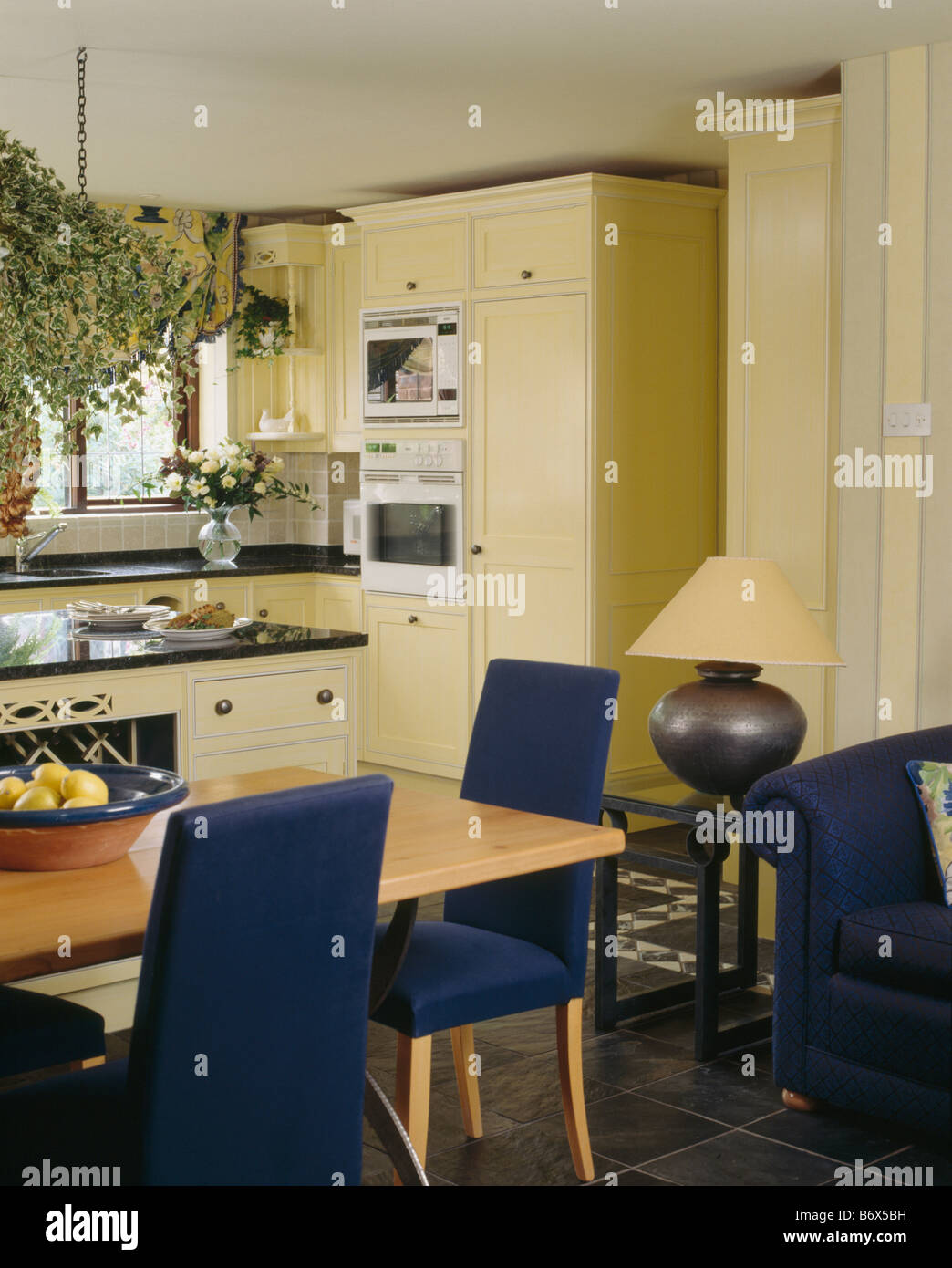 Sillas tapizadas de color azul pálido y mesa de madera en tonos ...